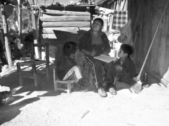 Paulina enseña inglés a sus hijos. La emigración hacia Estados Unidos es una constante en el municipio. Foto: Julio García Godínez